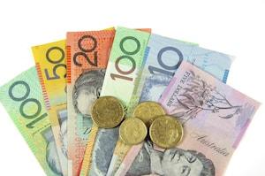 Bild på ihopvikta AUD mynt och sedlar