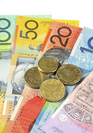 Bild på ihopvikta AUD sedlar och mynt
