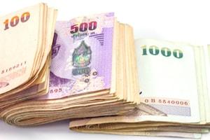 Bild på ihopvikta thailändska baht-sedlar