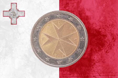 Bild på ett maltesiskt 2-euromynt med ett Johannitkors som motiv