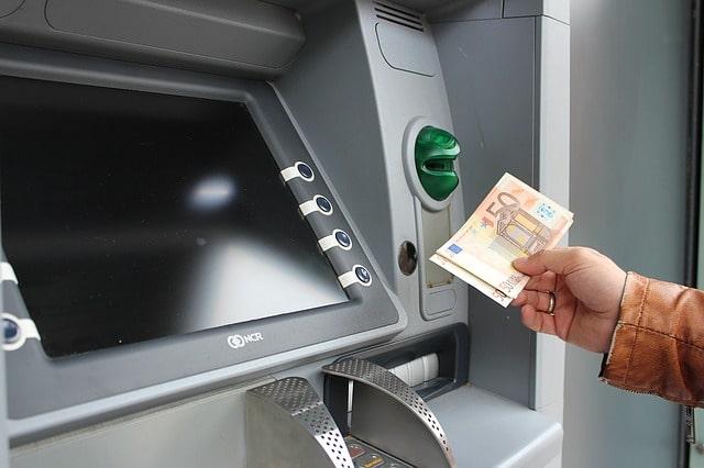Utländska sedlar som tas ut från en bankomat i Mariestad